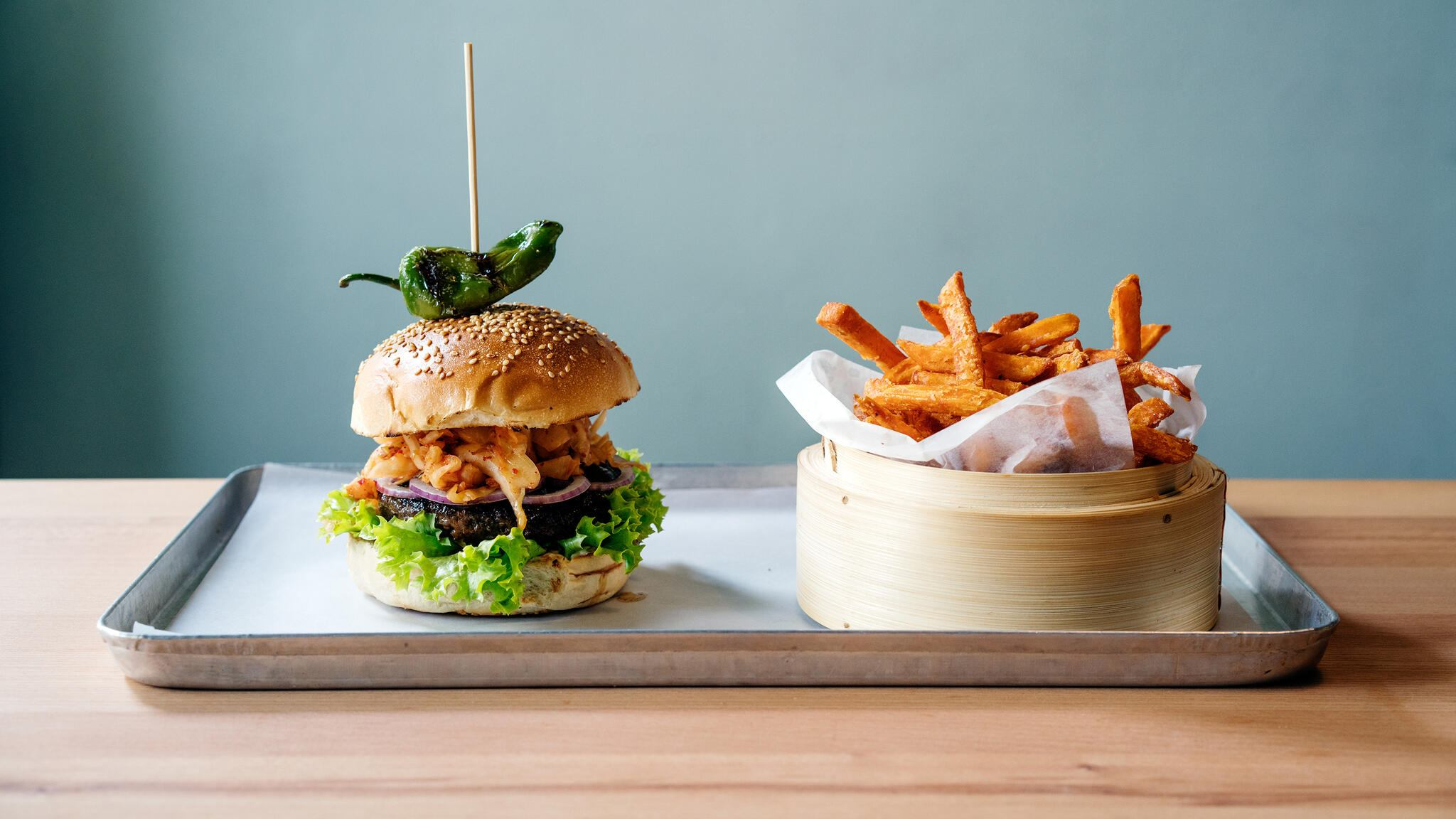 Kimchi Burger und Süsskartoffel Fries im Restaurant Chilees Zürich Korean Burger