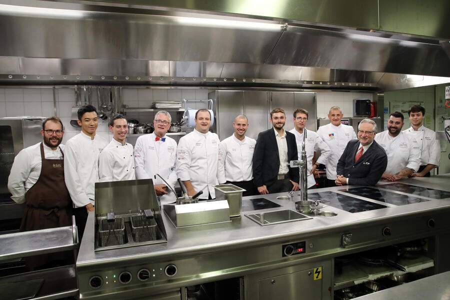 VEVEY, 14.09.2020 - Dany Stauffacher with Guy Ravet, the Chefs and the brigade in the kitchen. S. Pellegrino Sapori Ticino 2020 'Gala Dinner Oltre Gottardo': Thomas Neeser with Alessandro Boleso, Federico Palladino, Bernard Fournier and Andrea Pedrina at Grand Hotel du Lac Vevey.copyright by www.steineggerpix.com & www.saporiticino.ch 2020 / photo by remy steinegger+++ no resale / no archive +++