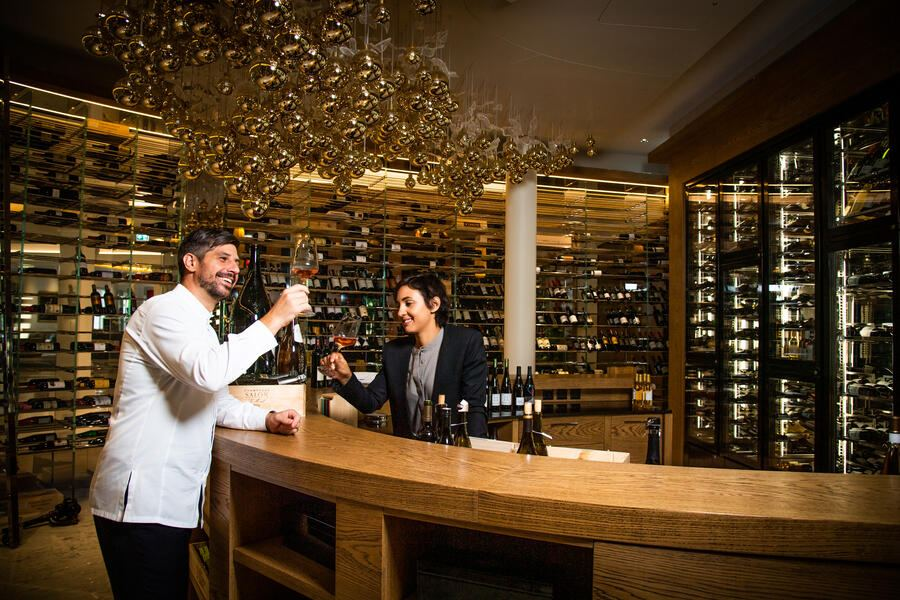 Hotel Grand Resort Bad Ragaz 2020: Sven Wassmer mit Amanda Wassmer in der Weinbar